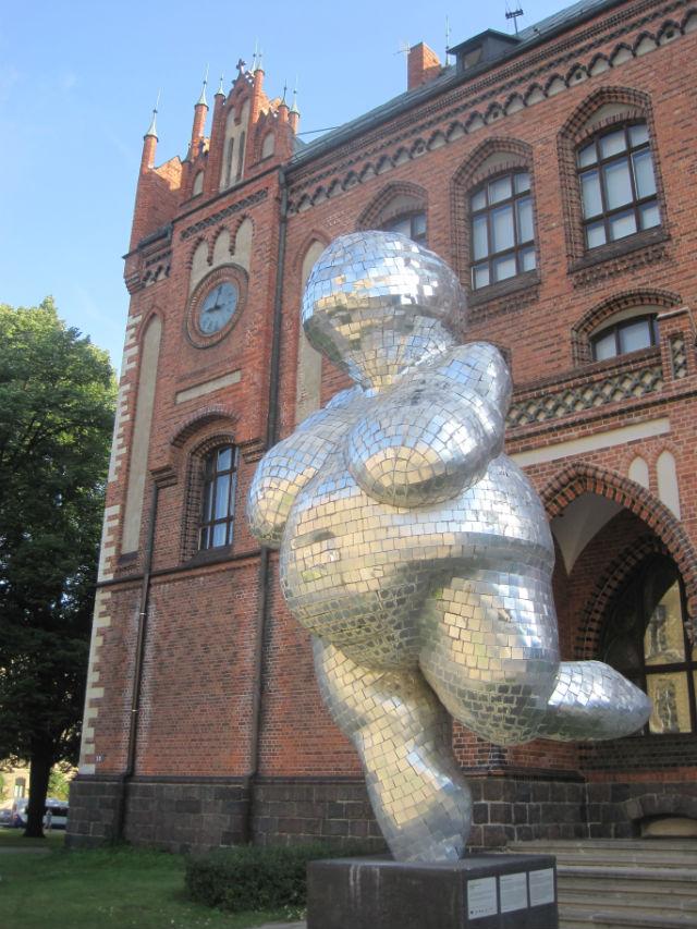 riga woman statue