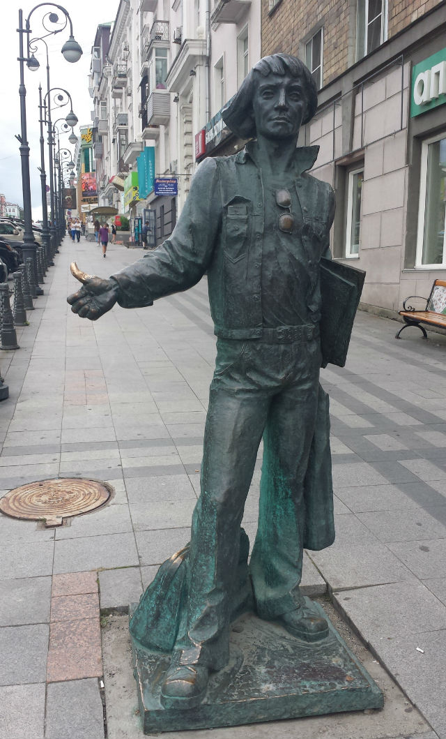 hitchhiker statue